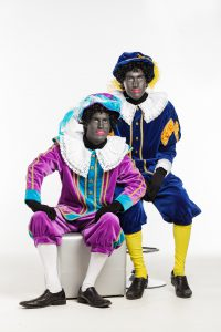 Zwarte Piet Verkleidungen. Foto von Danny den Otter, Haus of Make-up (http://www.hausofmakeup.nl/zwarte_piet_foto.htm) [Copyrighted free use oder CC BY-SA 4.0 (http://creativecommons.org/licenses/by-sa/4.0)], via Wikimedia Commons